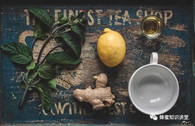 莲心茶加蜂蜜 早上喝蜂蜜好吗 老姜蜂蜜水的功效 小孩可以喝蜂蜜水 蜂蜜水什么时候喝好