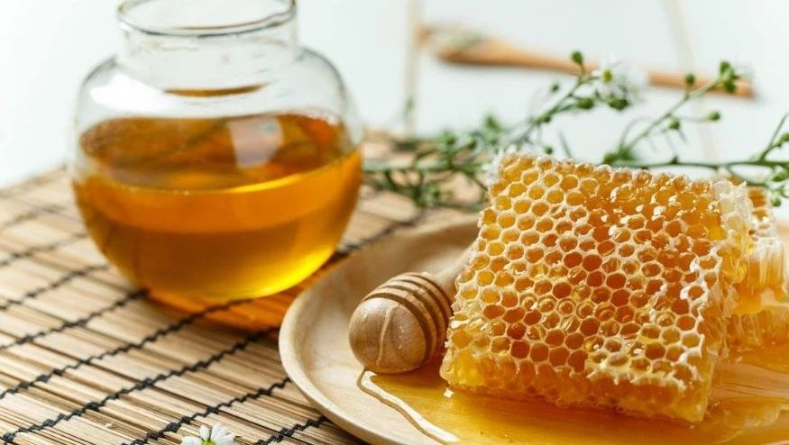 喝蜂蜜对胃有好处吗 煮茶叶粥放蜂蜜好吗 蜂蜜柚子茶冷藏 酒能加蜂蜜 蜂蜜冻疮