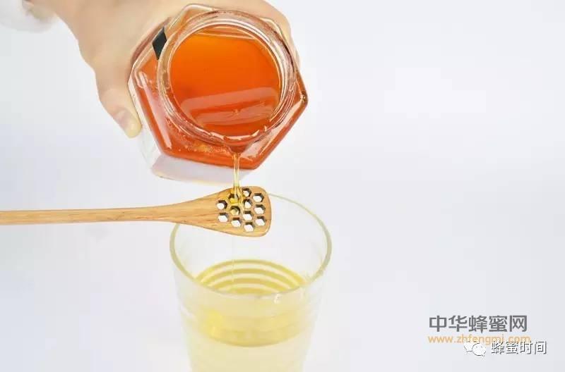 【蜂蜜食用方法】_春季用它泡水喝,清肠排毒超给力!