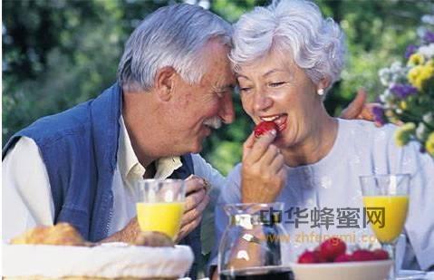 【蜂蜜水的作用】_老年人吃蜂蜜,比白糖更好,儿女都要看看