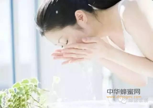 【蜂蜜水什么时候喝效果最佳】_蜂蜜洗脸的正确方法