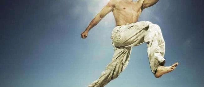 男人一旦过了30,要想不显老,建议多吃蜂王浆,身体越吃越健壮