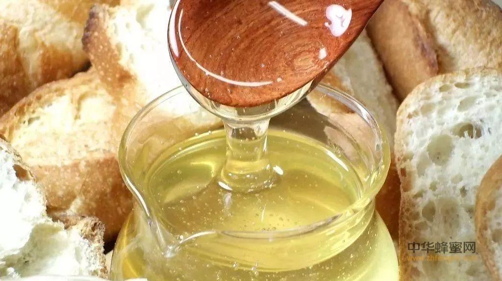 【蛋清加蜂蜜】_晨起第一杯水是淡盐水、蜂蜜水还是白开水?第一杯水到底该咋喝?