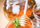 喝了蜂蜜水不能吃什么 蜂蜜的作用 颗粒状的蜂蜜图片 哺乳期可以喝蜂蜜姜水吗 蜂蜜水减肥