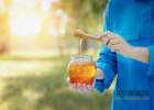 蜂蜜去痘印 牛奶加蜂蜜的功效 蜜蜂养殖 蜂蜜什么时候喝好 生姜蜂蜜