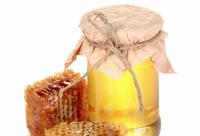 美国男子挑战裸体养蜂 被数千只蜜蜂包围毫发无伤